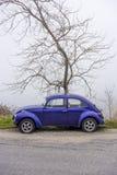 Carro ciano azul do vintage de Volkswagen Beetle imagens de stock royalty free