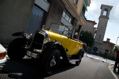 Carro clássico amarelo no la Mille Miglia 2016 de Aspettando Foto de Stock Royalty Free