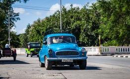 Carro clássico americano azul em Cuba na estrada em havana Imagens de Stock Royalty Free