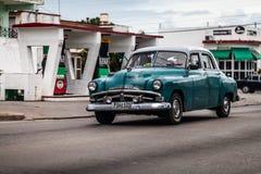 Carro clássico americano azul verde em Cuba na estrada Fotos de Stock Royalty Free