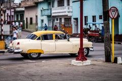 Carro clássico americano em Cuba na estrada Fotografia de Stock