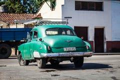 Carro clássico americano verde em Cuba na estrada Fotografia de Stock