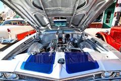 Carro clássico com o motor mostrando aberto da capa foto de stock