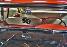 Carro clássico com os dados peludos icônicos fotos de stock