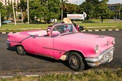 Carro clássico do rosa quente, Cuba, Havana fotografia de stock
