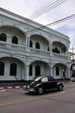 Carro clássico e Sino-Portugese edifício Imagem de Stock