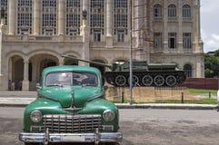 Carro clássico na frente do palácio presidencial em Havana, Cuba Foto de Stock Royalty Free