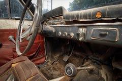 Carro clássico na ruína. Imagem de Stock