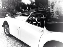 Carro clássico no bourton na água Imagens de Stock Royalty Free