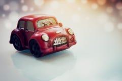 Carro clássico vermelho do vintage no fundo de Bokeh do alargamento da luz solar Imagem de Stock