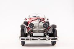 Carro clássico vermelho dos 1900s de Mercedes Benz isolado no fundo branco Fotos de Stock