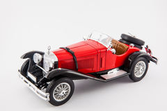 Carro clássico vermelho dos 1900s de Mercedes Benz isolado no fundo branco Imagem de Stock