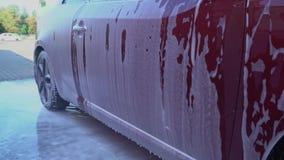Carro coberto com a espuma video estoque