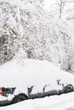 Carro coberto de neve e rua gelada em Sófia, Bulgária Fotos de Stock Royalty Free