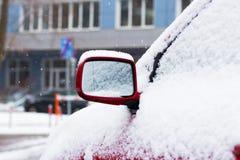Carro coberto de neve no estacionamento no inverno Imagem de Stock Royalty Free