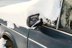 Carro coberto de neve obstruído após a tempestade de neve pesada imagens de stock