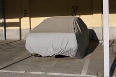 Carro coberto em uma garagem fotos de stock royalty free