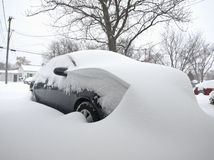 Carro coberto na neve foto de stock royalty free