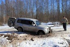 Carro colado na estrada do gelo na floresta Imagem de Stock