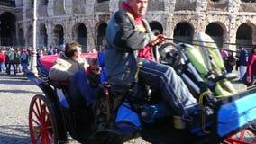 Carro Colosseum del caballo de montar a caballo de Roma de los turistas almacen de metraje de vídeo
