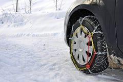 Carro com correntes de neve Fotografia de Stock