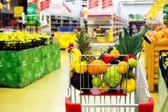 Carro com frutas e legumes frescas no centro de compra Imagem de Stock Royalty Free