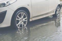 Carro com inundação da água imagem de stock