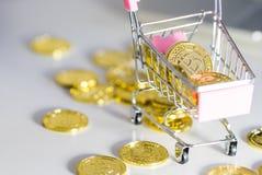 Carro com moeda do cripto Bitcoin imagens de stock