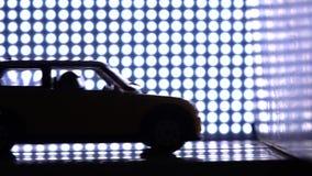 Carro com o manequim do impacto-teste que bate a parede Conceito do laboratório de teste do impacto O roxo ilumina o fundo, movim vídeos de arquivo