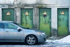Carro com o motor clássico contra a subestação elétrica Imagem de Stock Royalty Free