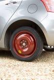 Carro com o pneumático de reposição cabido fotos de stock