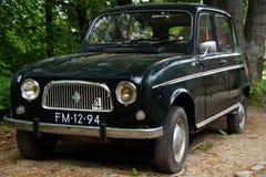 Carro com porta traseira de Renault 4 do vintage (R4) - vista dianteira Foto de Stock Royalty Free