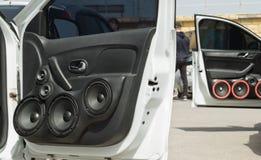 Carro com um grande número oradores e subwoofe audio instalados Foto de Stock