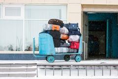 Carro con equipaje en aeropuerto Foto de archivo libre de regalías