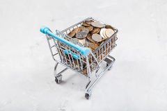 Carro con las monedas rusas en tablero concreto Foto de archivo