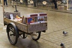 Carro con los partidos del recuerdo para la venta Imágenes de archivo libres de regalías