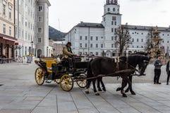Carro conducido caballo con los turistas en Salzburg Coche, cochero foto de archivo libre de regalías