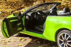Carro contra as árvores do outono Fotos de Stock Royalty Free