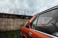 Carro contra um muro de cimento Foto de Stock