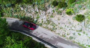 Carro convertível do esporte vermelho que move-se na costa de Amalfi video estoque