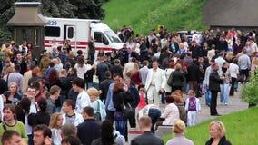 Carro da ambulância e multidão de povos vídeos de arquivo