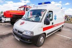 Carro da ambulância estacionado acima na rua Texto no russo: Foto de Stock Royalty Free
