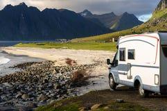 Carro da caravana na praia de Noruega, Lofoten Fotos de Stock Royalty Free