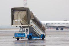 Carro da escada do aeroporto Foto de Stock Royalty Free