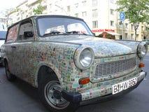 Carro da Europa Oriental do vintage de Trabant, emplastrado com selos postais Imagem de Stock