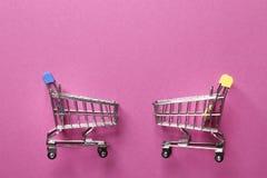 Carro da lupulagem em um fundo cor-de-rosa imagens de stock