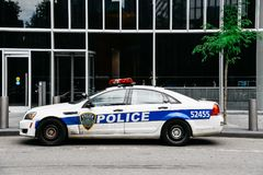 Carro da polícia da autoridade portuária estacionado na frente do prédio de escritórios dentro imagem de stock