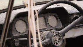 carro da roda dos mediados do século XIX tiro Interior do carro velho com rádio e chaves de controle Interior dentro da máquina s fotografia de stock royalty free