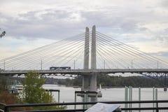 Carro da rua que cruza a ponte de cruzamento de Tilikum em Portland fotos de stock royalty free