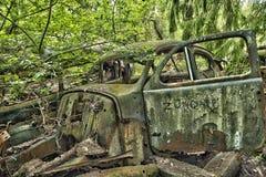 Carro da sucata nas madeiras Imagens de Stock Royalty Free